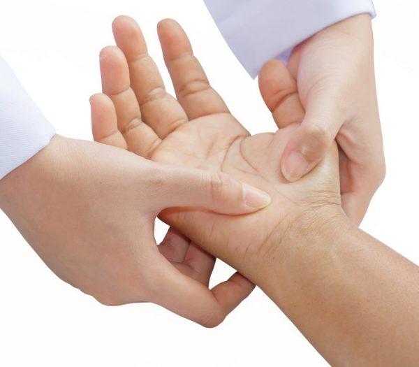 Осмотр врачом поможет выяснить причину болей