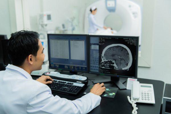 Врач-рентгенолог вовремя процедуры пребывает в соседнем помещении
