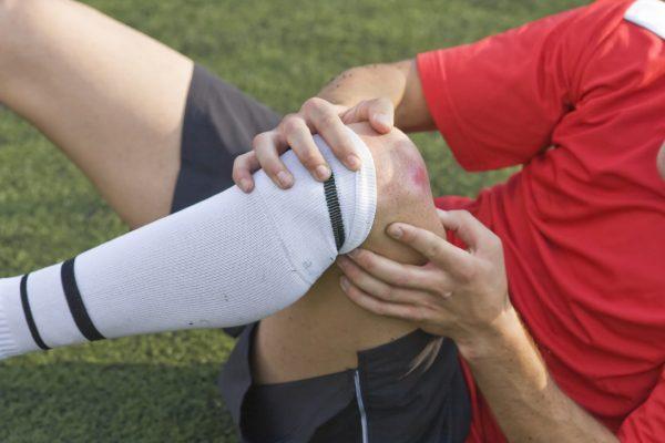 Травма сустава во время игры в футбол
