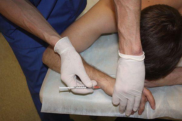 Введение лекарства в больной сустав